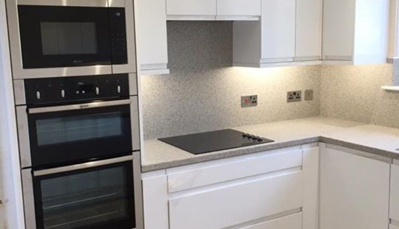 kitchen laminate worktops. One of our installations in Remo Gloss White  with laminate Worktops and matchin